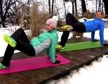 Doresia Krings und Michael Mayerhofer am Steg im Fernsehgarten eine Beckenhebeübung ausführend