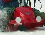 Kind auf Bob im Schnee