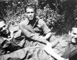 Richard Wadani (Mitte) 1946 in London. Er desertierte 1944 in Frankreich