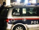 Polizeiauto und Polizisten