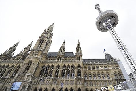 Der Cityskyliner (L) des Wiener Eistraums 2015 aufgenommen am Montag, 19. Jänner 2015, am Wiener Rathausplatz.