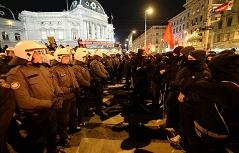 Akademikerball 2015: Demonstranten vor dem Volkstheater