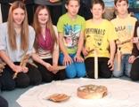 Kinder der NMS Alpbach mit Seminarbäuerin Anna Moser, Resi Schiffmann, LR Beate Palfrader, Wendelin Juen und Georg Margreiter