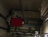 Aufzugkabine in Liftschacht - von oben gesehen