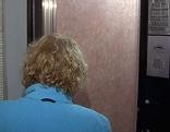 Frau steigt in Aufzug