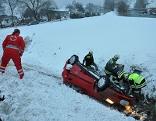Unfallauto wird aus dem Graben gezogen