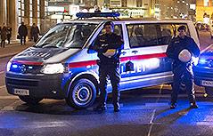 Polizeiautos und Polizisten