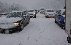 Schneefahrbahn auf der A2 im Wechselgebiet