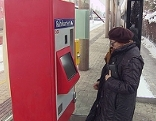 ÖBB Fahrkartenautomat auf Bahnsteig im Winter