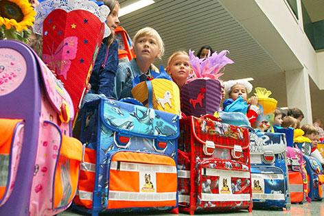 Kinder mit Schultüten und Schultaschen