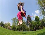 Bild mit Kind Seilspringen