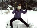 Doresia Krings beginnt die Übung mit den Langlaufstöcken.
