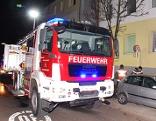 Feuerwehrauto vor Wohnhaus