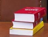 Strafgesetzbuch auf Tisch in Gericht