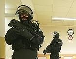 Sicherheitskräfte vor dem Verhandlungssaal im Landesgericht