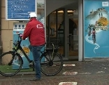E Biker vor Elektrobike-Tankstelle E-Tankstelle