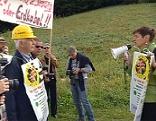Astrid Rössler mit Fangemeinde und Demonstranten gegen 380 kV Freileitung