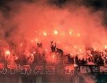 Rapid-Fans mit bengalischen Feuern