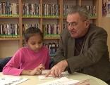 Pensionist lernt mit Kind