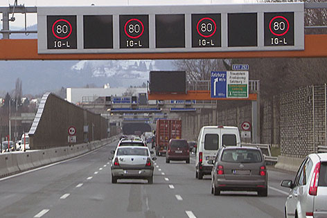 Westautobahn (A1) bei Salzburg Mitte mit aktivierter Tempo 80 Beschränkung (Stadtautobahn)