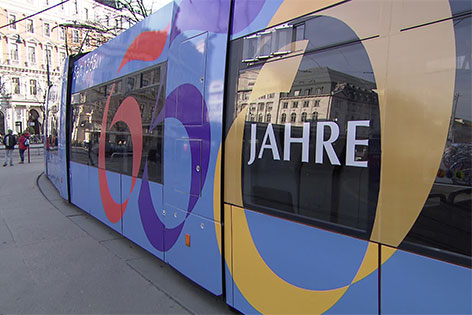 Straßenbahn mit Uni-Aufkleber