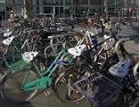 Fahrräder am Salzburger Hauptbahnhof. Es sieht aus, wie auf einem Schrottplatz