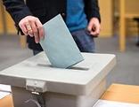 Mann bei der Stimmabgabe im Wahllokal