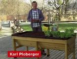 Karl Ploberger vor dem Gartenhochbeet.