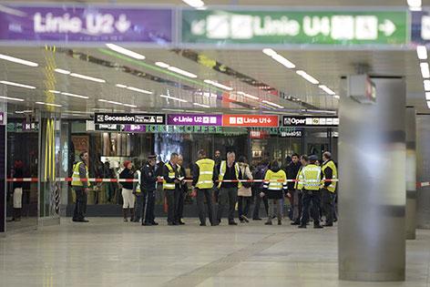 Polizisten bei der Sperre der U-Bahn-Station Karlsplatz