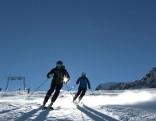 Zwei Skifahrer auf der Piste am Kitzsteinhorn.