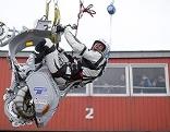 Günter Schachermayr auf seiner modifizierten Vespa während eines Stunts auf dem Wiener Riesenrad