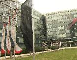 Scharze Fahne vor der AUA-Zentrale in Schwechat