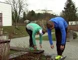 Doresia Krings und Michael Mayerhofer beugen den Rumpf bei überkreuzten Beinen.