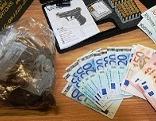 Geldschein und Schreckschusspistolen-Schachtel