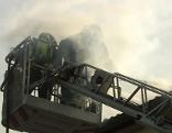 Feuerwehrleute beim Löschen des Silobrandes