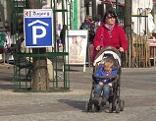 Frau mit Kinderwagen in der Fußgängerzone Eisenstadt