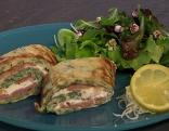 Bärlauchpalatschinken mit Räucherlachs und Frischkäse, serviert mit Salat.
