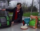 Karl Ploberger mit Utensilien für die Gartenarbeit.