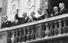 Leopold Figl auf dem Balkon des Belvedere am 15. Mai 1955