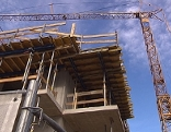 Kran auf Baustelle eines Wohnblocks (Wohnbau)