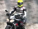 Motorradfahrer in Schutzkleidung auf Motorrad
