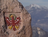 Tiroler Adler auf einem Gedenkstein im Anwesen der Familie Dalprà in Folgaria