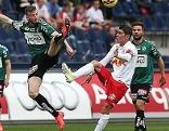 Red Bull Salzburg Kapitän Jonatan Soriano gegen Spieler des SV Ried