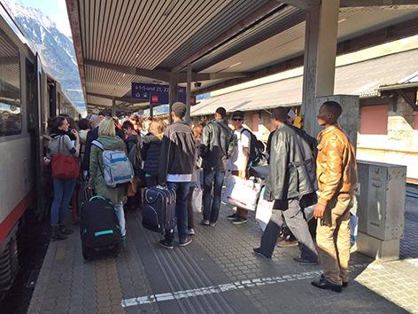 Flüchtlinge steigen in Zug