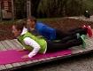 Sonnengruß, eine Yoga-Übung mit Doresia Krings und Michael Mayerhofer.