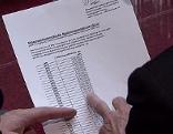 Finger zeigen auf Dokument