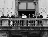 Österreichs Außenminister Leopold Figl zeigt der begeisterten Menschenmenge den österreichischen Staatsvertrag, 1955