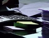 Taschenrechner Stapel Papier