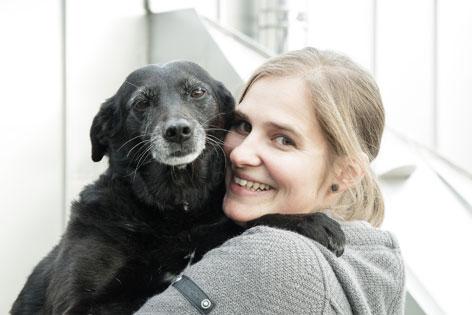 Tierärztin Verena Spielberger mit ihrer Hündin Milka