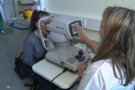 Augenärztin untersucht Patientin